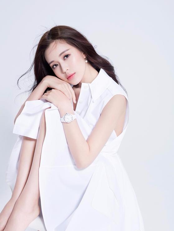 温心时尚写真 笑容甜美肌肤白皙胜雪