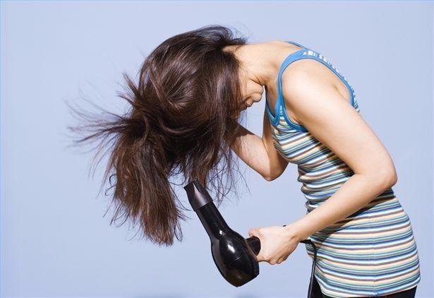 吹头发时,风筒离多远才不伤发?6个小窍门,让头发不遭罪!