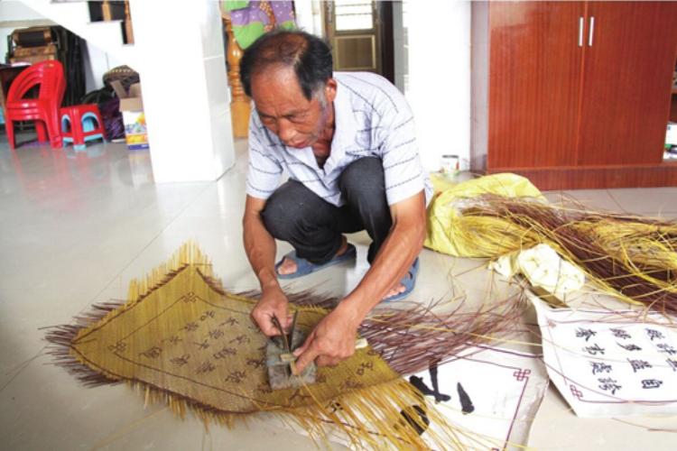 传统手艺新风采 巧匠竹篾编字画