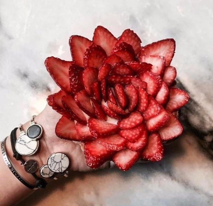 完全可以DIY的玫瑰造型的草莓挞 