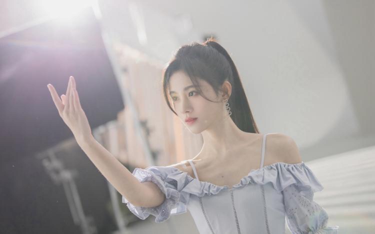 鞠婧祎吊带裙清秀甜美