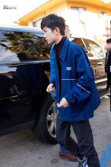 易烊千玺洛杉矶街拍干净清爽的蓝色牛仔外套,是你们的男朋友了