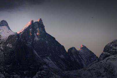 挪威北极圈的山,就像地球的疤痕,充满令人敬畏的压迫感。来自挪威摄影师Christian Hoiberg