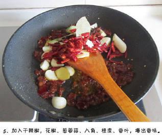 少油版的麻辣鸡翅香锅,口味咸鲜、焦香酥嫩、很过瘾的一道美食。