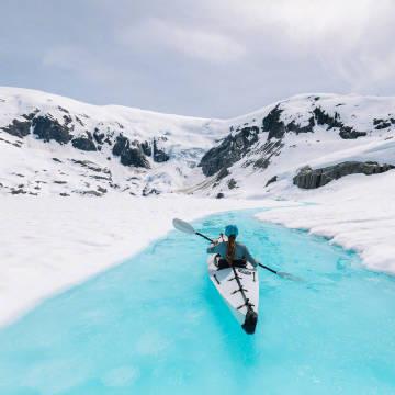 加拿大哥伦比亚冰川湖,淡蓝色的湖水与白雪覆盖的山峰形成了无暇的景致,美如仙境。