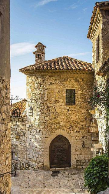 法国的埃兹小镇,完好保持着中世纪风貌,城墙、房屋等都是石头建成,非常古朴,登上山顶便能俯瞰地中海的美丽海景。