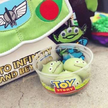 东京迪士尼乐园里的Alien团子,里面是各种口味的冰淇淋,好阔爱! 